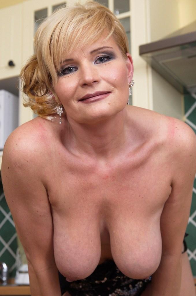 Bezüglich Erotische Cougar aber auch Oma Kontakte – die Expertin dafür heißt Nicole.