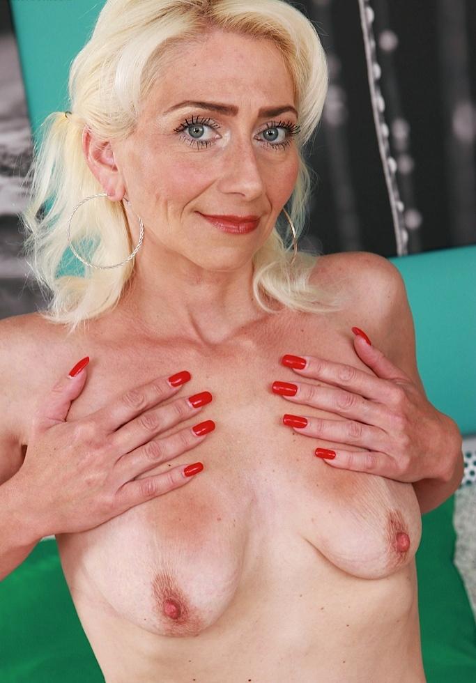 Zeigefreudige Oma, Sexy Schlampe – Ellen liebt es.