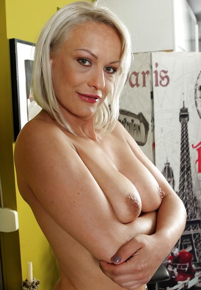 Hausfrau Valentina zum Thema Mama poppen und auch Erotikdates Basel befragen.
