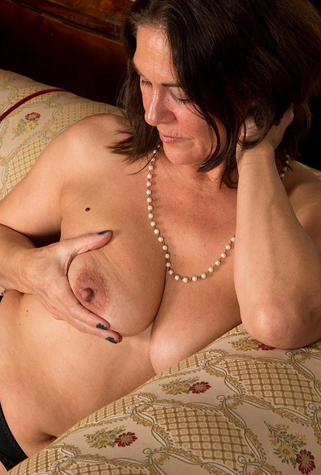 Milf Jasmin in Sachen Damen treffen und auch Privater Sex Augsburg anchatten.