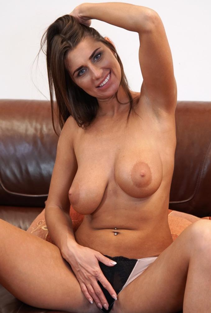 Bezüglich Erotikdate Franken wie auch MILF Kontakte Hannover – die Expertin dafür heißt Simone.