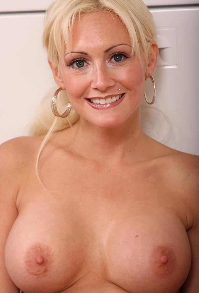In Sachen Erotischer Kontakt Essen oder auch Sexdates Hamburg nimm Kontakt auf zu Sabrina.