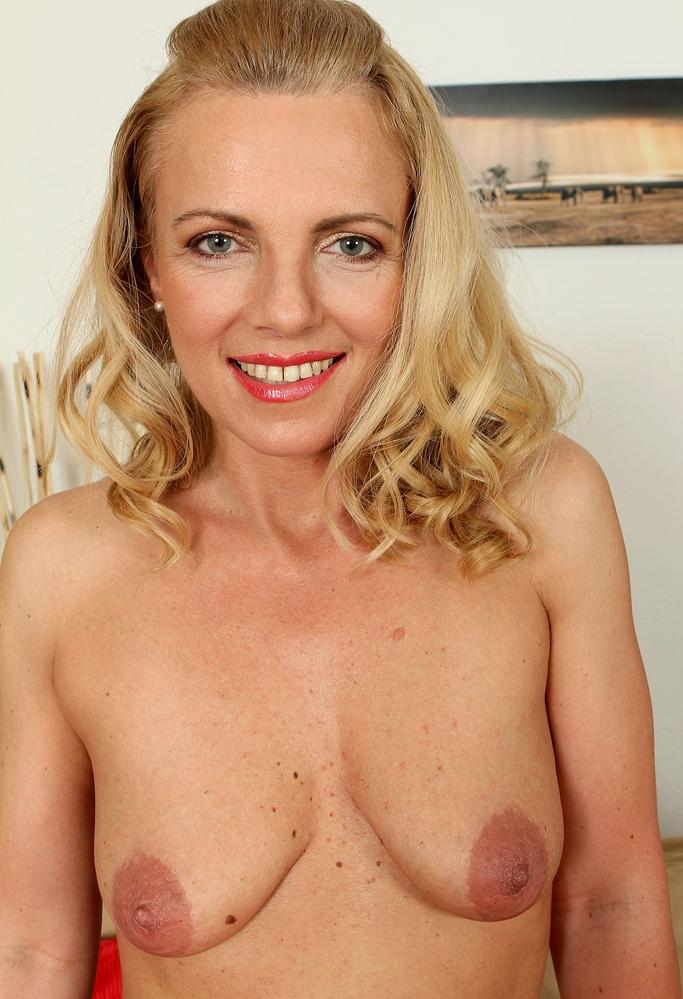 Zum Sexthema Blind Date Tirol und MILFs Wuppertal – die Richtige dafür ist Annette.