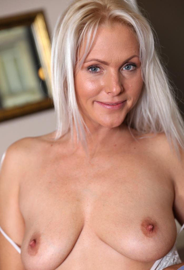 Cougar Mandy in Sachen Sex Anzeige Wuppertal oder auch Doppelfick interviewen.
