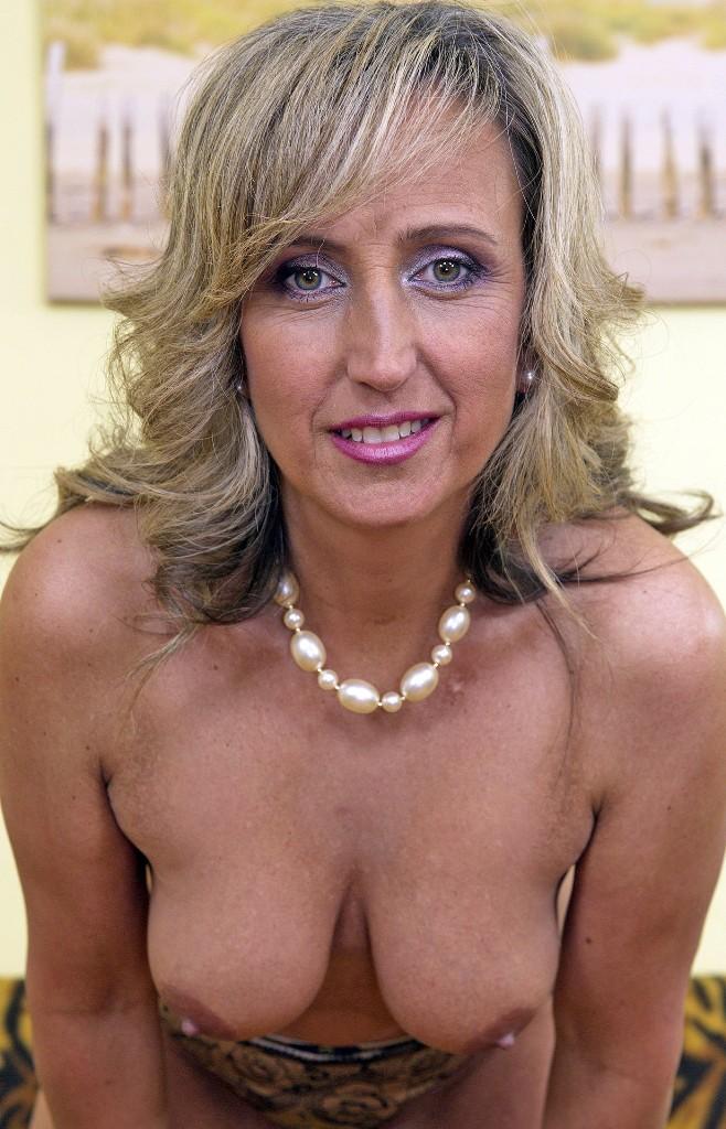Bezüglich MILF Kontakte Schwaben oder Reife Frau Wuppertal erwartet Dich im Chat Irina.